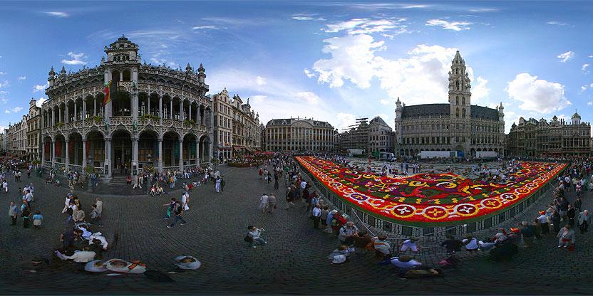 Cette photo est prise pendant l'installation du tapis de fleurs sur la Grand Place, Bruxelles